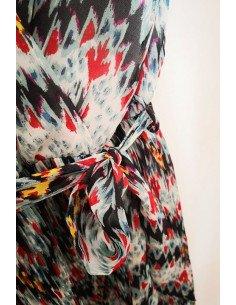 Robe imprimée motifs chevrons bleu rouge jaune plissée encolure v ceinture
